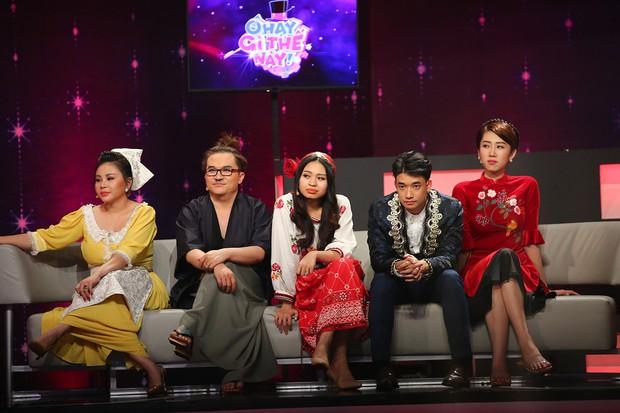 Chi Pu, Hari Won khoe giọng hát live kỳ dị trên sóng truyền hình - Ảnh 1.