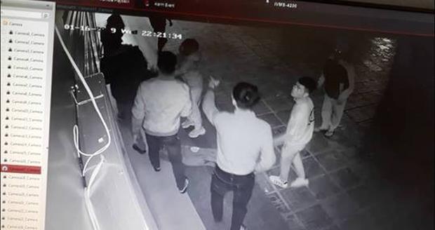 Nữ nhân viên bị 4 thanh niên trêu ghẹo rồi tấn công trong đêm đang trong tình trạng sốc tâm lý nặng - Ảnh 2.