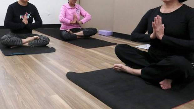 Uốn học viên làm đúng tư thế đến gãy chân, trung tâm Yoga phải đền hơn 670 triệu đồng - Ảnh 1.