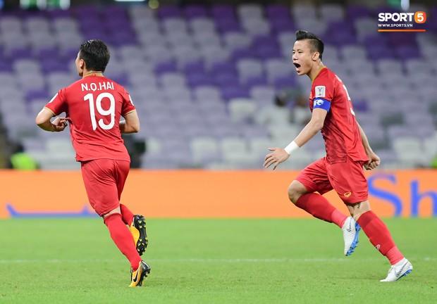 Fan nữ tuyển Việt Nam cầu nguyện, vài phút lại nhìn đồng hồ mong hết giờ trong chiến thắng Yemen - Ảnh 9.