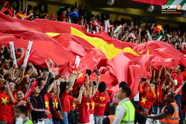 Fan nữ tuyển Việt Nam cầu nguyện, vài phút lại nhìn đồng hồ mong hết giờ trong chiến thắng Yemen - Ảnh 7.