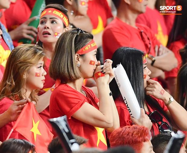 Fan nữ tuyển Việt Nam cầu nguyện, vài phút lại nhìn đồng hồ mong hết giờ trong chiến thắng Yemen - Ảnh 4.