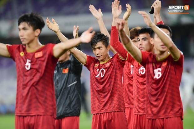 Fan nữ tuyển Việt Nam cầu nguyện, vài phút lại nhìn đồng hồ mong hết giờ trong chiến thắng Yemen - Ảnh 10.