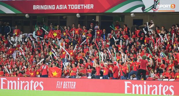 Fan nữ tuyển Việt Nam cầu nguyện, vài phút lại nhìn đồng hồ mong hết giờ trong chiến thắng Yemen - Ảnh 1.