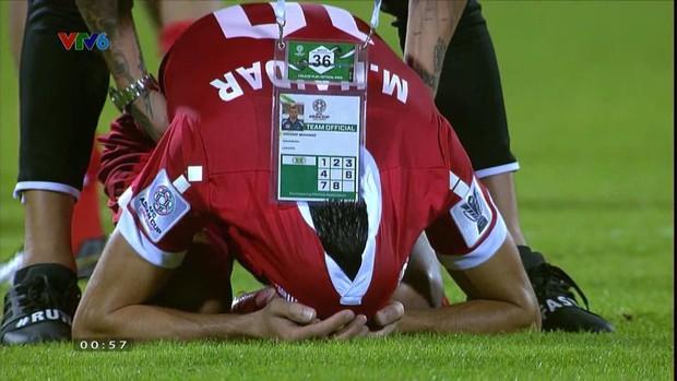 Không thể chiếm suất của Việt Nam, cầu thủ Lebanon gục khóc nức nở sau tiếng còi mãn cuộc - Ảnh 2.