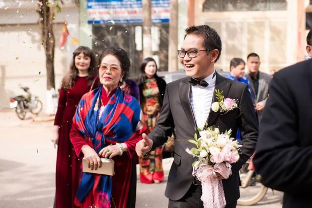 Clip: Khoảnh khắc ngọt ngào trong đám cưới của NSND Trung Hiếu ở tuổi 46 với bà xã kém gần 2 con giáp - Ảnh 3.