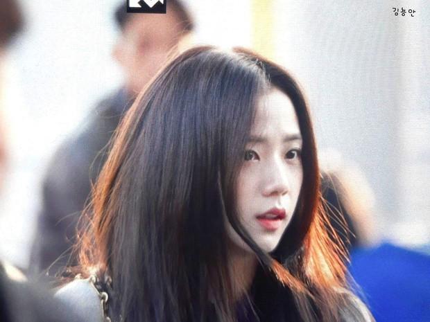 Quên đi ồn ào của Jennie, dân tình đang bị hớp hồn vì nhan sắc thánh thần cũng phải mê mẩn của Jisoo hôm nay - Ảnh 5.
