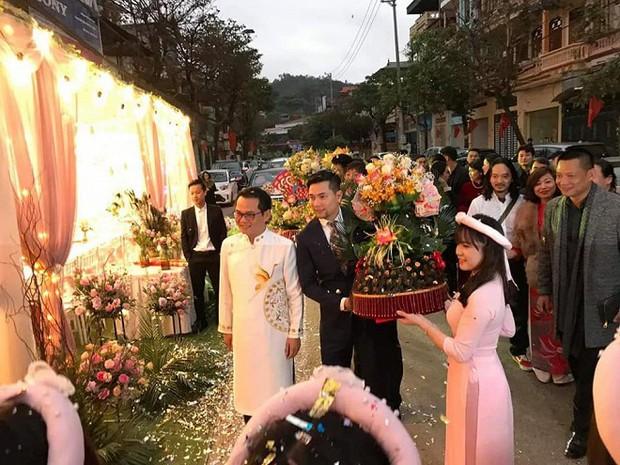 Bà xã kém 19 tuổi tình tứ hôn NSND Trung Hiếu trong lễ rước dâu tổ chức ở Sơn La - Ảnh 2.