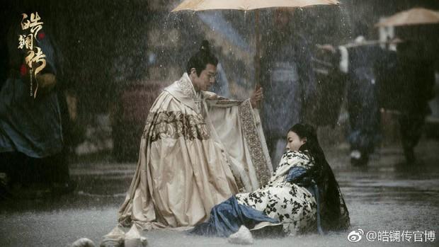 Không còn là Nguỵ Anh Lạc cân cả hậu cung, Ngô Cẩn Ngôn bị rao bán ngay ở tập mở màn Hạo Lan Truyện - Ảnh 1.