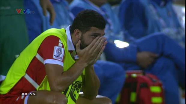 Không thể chiếm suất của Việt Nam, cầu thủ Lebanon gục khóc nức nở sau tiếng còi mãn cuộc - Ảnh 6.