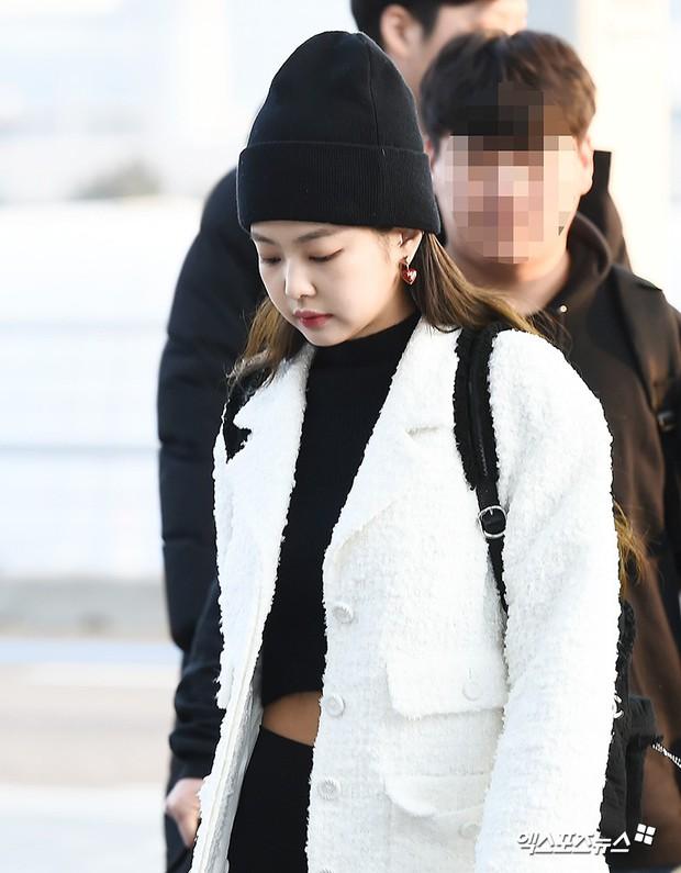 Lộ diện sau phốt lộ Facebook tục tĩu, Jennie liên tục cúi gằm mặt, Black Pink buồn bã và mệt mỏi tại sân bay - Ảnh 8.