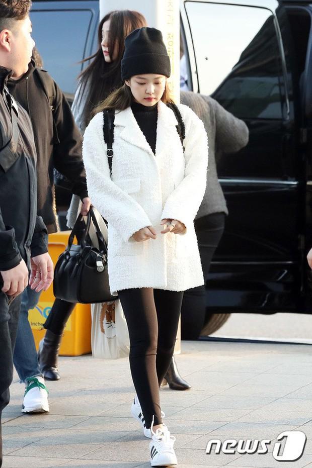 Lộ diện sau phốt lộ Facebook tục tĩu, Jennie liên tục cúi gằm mặt, Black Pink buồn bã và mệt mỏi tại sân bay - Ảnh 3.