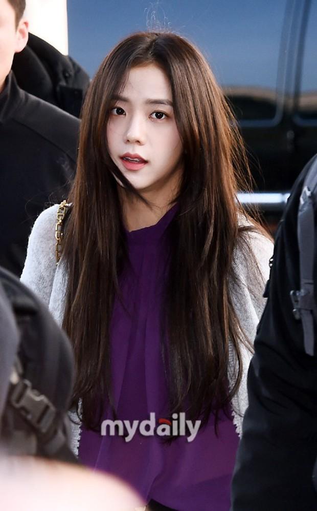 Lộ diện sau phốt lộ Facebook tục tĩu, Jennie liên tục cúi gằm mặt, Black Pink buồn bã và mệt mỏi tại sân bay - Ảnh 16.
