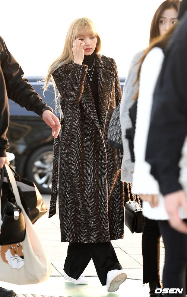 Lộ diện sau phốt lộ Facebook tục tĩu, Jennie liên tục cúi gằm mặt, Black Pink buồn bã và mệt mỏi tại sân bay - Ảnh 10.
