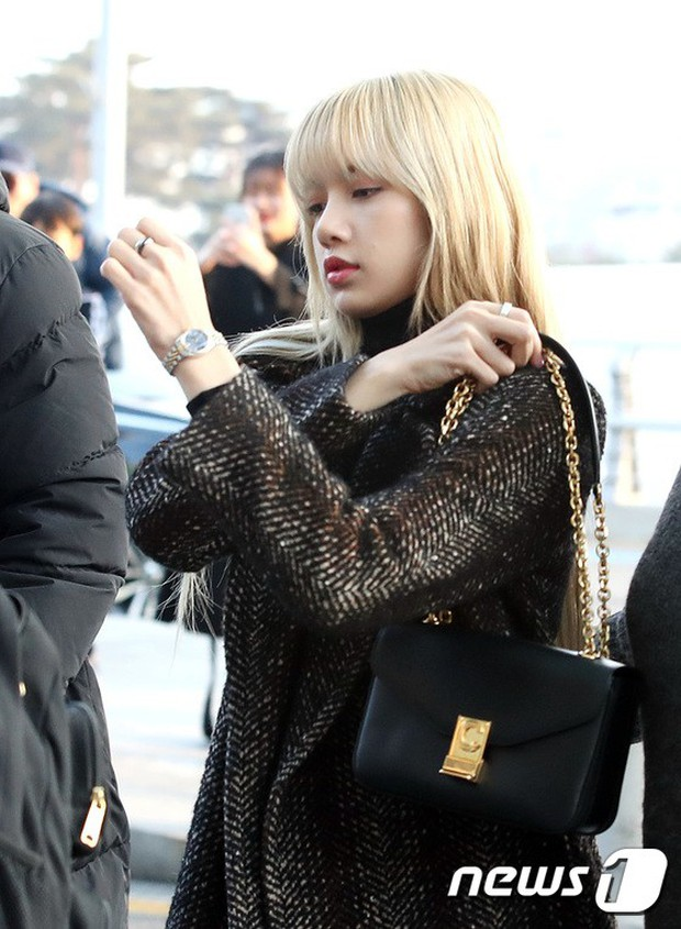 Lộ diện sau phốt lộ Facebook tục tĩu, Jennie liên tục cúi gằm mặt, Black Pink buồn bã và mệt mỏi tại sân bay - Ảnh 11.