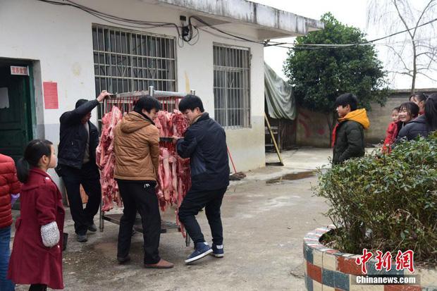 Không thưởng tiền, trường học này tặng thịt lợn cho học sinh giỏi mang về ăn Tết - Ảnh 2.
