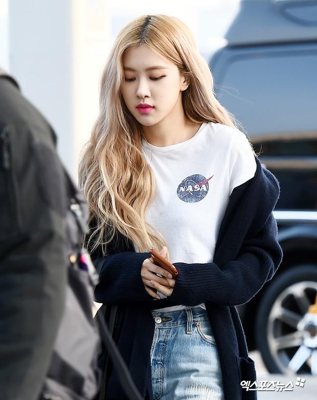 Lộ diện sau phốt lộ Facebook tục tĩu, Jennie liên tục cúi gằm mặt, Black Pink buồn bã và mệt mỏi tại sân bay - Ảnh 20.