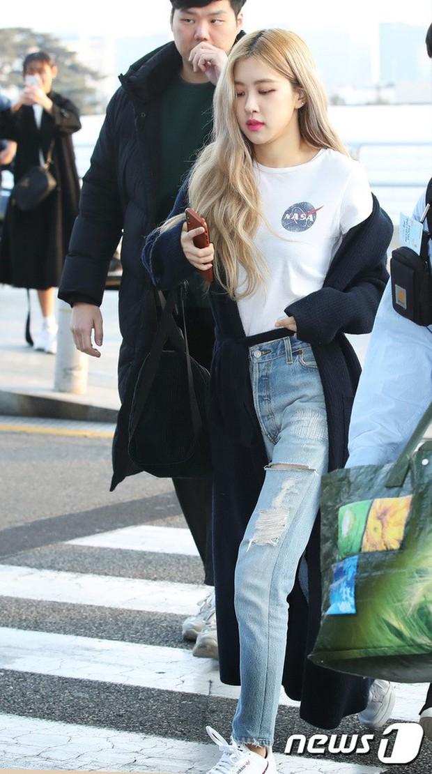Lộ diện sau phốt lộ Facebook tục tĩu, Jennie liên tục cúi gằm mặt, Black Pink buồn bã và mệt mỏi tại sân bay - Ảnh 18.