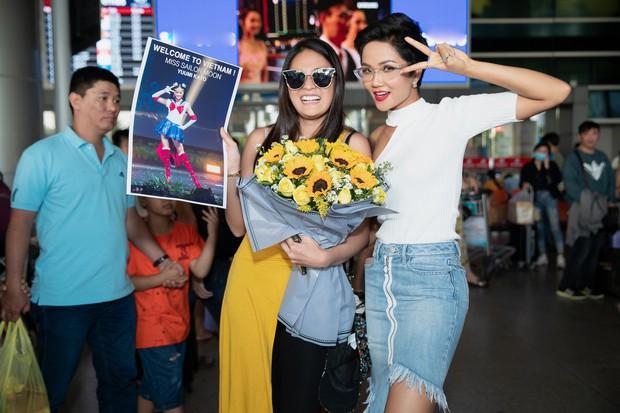 HHen Niê đón Miss Universe Nhật Bản từng gây sốt với quốc phục thuỷ thủ mặt trăng đến thăm Việt Nam - Ảnh 2.