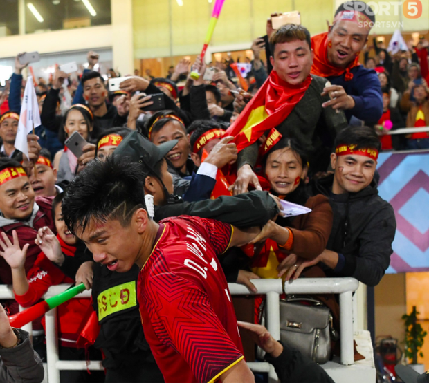 Văn Hậu suýt khóc vì bị trấn lột ngay trên sân Mỹ Đình sau trận chung kết AFF Cup 2018 - Ảnh 2.