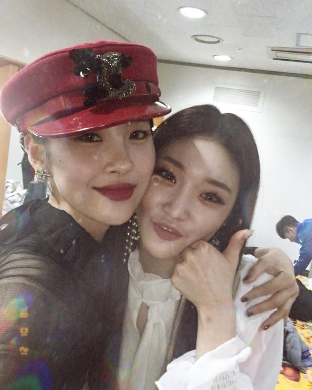 Chungha tái xuất với MV ma mị, tiết lộ tình bạn với I.O.I và nữ ca sĩ Kpop đình đám - Ảnh 3.