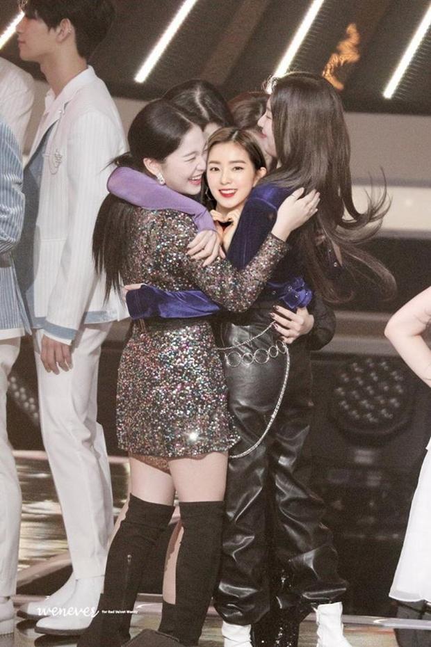 Red Velvet ôm nhau chụp ảnh thắm thiết mà thiếu chị cả Irene, đừng lo đã có fan ghép hộ đây rồi - Ảnh 2.