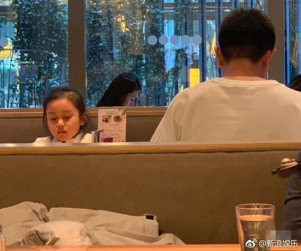 Hình ảnh xót xa: Con gái Giả Nãi Lượng mặt buồn thiu khi đi chơi cùng bố mà không có Lý Tiểu Lộ đi cùng - Ảnh 2.