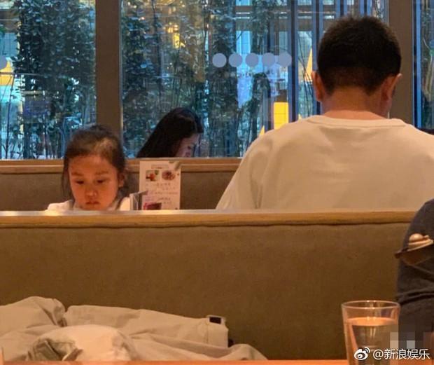 Hình ảnh xót xa: Con gái Giả Nãi Lượng mặt buồn thiu khi đi chơi cùng bố mà không có Lý Tiểu Lộ đi cùng - Ảnh 3.