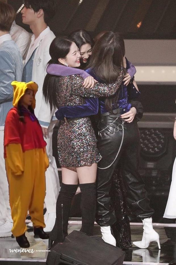 Red Velvet ôm nhau chụp ảnh thắm thiết mà thiếu chị cả Irene, đừng lo đã có fan ghép hộ đây rồi - Ảnh 9.