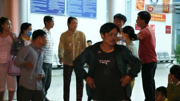 Người thân các nạn nhân tử vong trong vụ tai nạn kinh hoàng ở Long An khóc ngất tại bệnh viện: Con ơi, sao bỏ bố mẹ mà đi... - Ảnh 2.