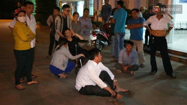 Người thân các nạn nhân tử vong trong vụ tai nạn kinh hoàng ở Long An khóc ngất tại bệnh viện: Con ơi, sao bỏ bố mẹ mà đi... - Ảnh 3.
