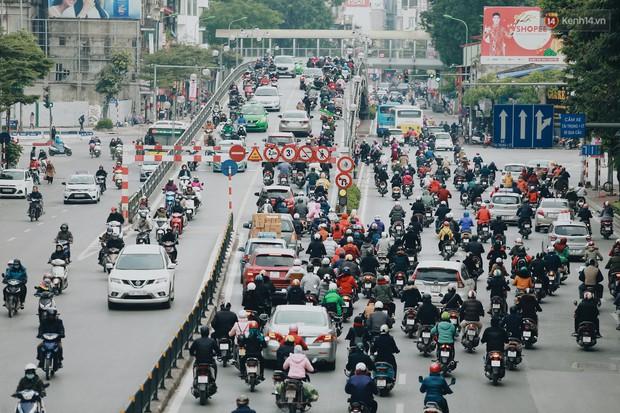 Người Hà Nội, Sài Gòn co ro trong ngày đầu đi làm sau kỳ nghỉ Tết Dương lịch 2019 - Ảnh 1.