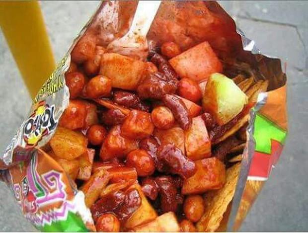 Mexico có món ăn vặt siêu hay ho dành cho các thánh ăn cay, trông từa tựa như bánh tráng trộn Việt Nam - Ảnh 1.