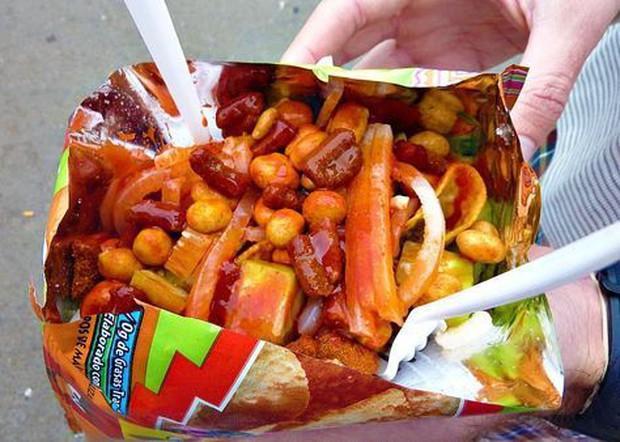 Mexico có món ăn vặt siêu hay ho dành cho các thánh ăn cay, trông từa tựa như bánh tráng trộn Việt Nam - Ảnh 3.
