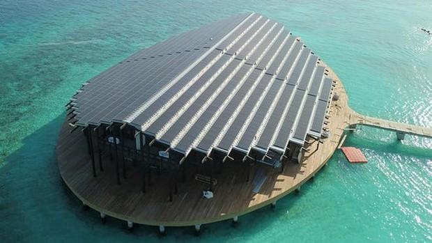 Tham quan khu nghỉ dưỡng xa hoa trên đảo nhân tạo với hệ thống pin Mặt Trời ngay trên mái nhà tại Maldives - Ảnh 1.