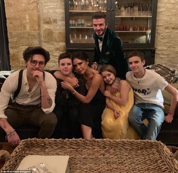 Mặc kệ dư luận ném đá, David Beckham lại khoe video hôn môi con gái Harper trong đêm giao thừa - Ảnh 5.