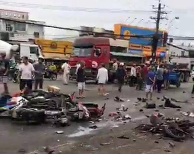 Long An: Container tông hàng chục xe máy dừng đèn đỏ, nhiều người chết và bị thương nằm la liệt trên đường - Ảnh 3.