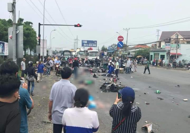 Long An: Container tông hàng chục xe máy dừng đèn đỏ, nhiều người chết và bị thương nằm la liệt trên đường - Ảnh 9.