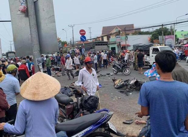 Long An: Container tông hàng chục xe máy dừng đèn đỏ, nhiều người chết và bị thương nằm la liệt trên đường - Ảnh 10.