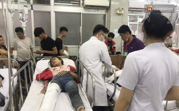 Người thân các nạn nhân tử vong trong vụ tai nạn kinh hoàng ở Long An khóc ngất tại bệnh viện: Con ơi, sao bỏ bố mẹ mà đi... - Ảnh 6.