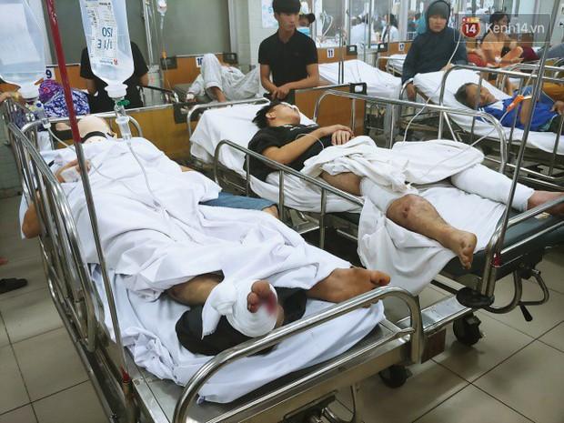 Người thân các nạn nhân tử vong trong vụ tai nạn kinh hoàng ở Long An khóc ngất tại bệnh viện: Con ơi, sao bỏ bố mẹ mà đi... - Ảnh 7.