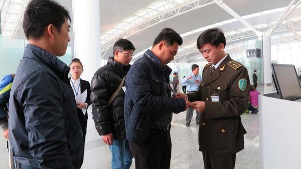 Khách ngoại dùng chứng minh thư giả đi máy bay tại Nội Bài - Ảnh 1.