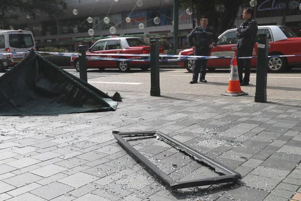 Đang đi dạo phố với người yêu, cô gái trẻ bị cửa sổ rơi từ tầng 16 trúng đầu tử vong - Ảnh 1.