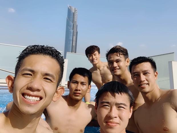 Văn Lâm cùng đồng đội khoe body chuẩn soái ca bên bể bơi - Ảnh 2.