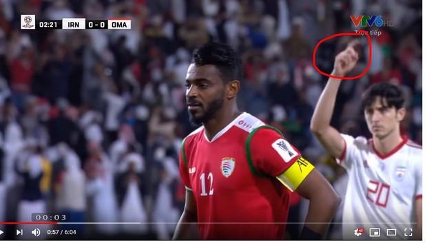 Tiền đạo Iran ghi 2 bàn vào lưới Việt Nam có hành động nhắc bài, giúp thủ môn đội nhà cản penalty thành công - Ảnh 1.