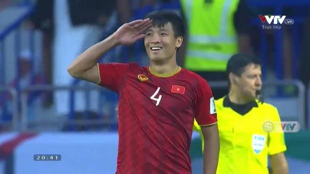 Dáng ăn mừng chiến thắng của Bùi Tiến Dũng khiến dân tình đồng loạt nhớ hình ảnh của tiền vệ Hồng Sơn 20 năm trước - Ảnh 1.