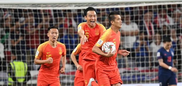 Chuyện kỳ lạ tại Asian Cup 2019: HLV Thái Lan lén lút yểm bùa cầu may nhưng bị người Trung Quốc tỉnh táo hóa giải - Ảnh 2.