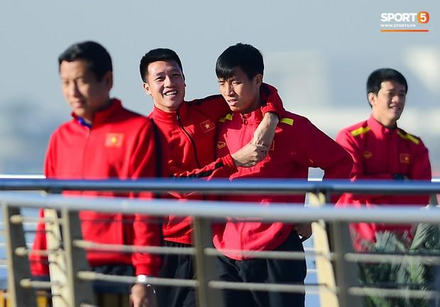 Văn Lâm cùng đồng đội khoe body chuẩn soái ca bên bể bơi - Ảnh 4.