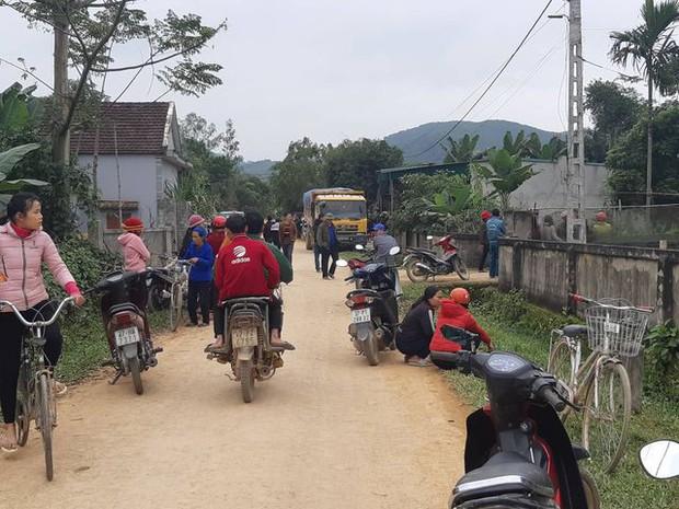 Nghệ An: Xe tải chạy đường làng cán chết bé 3 tuổi - Ảnh 1.