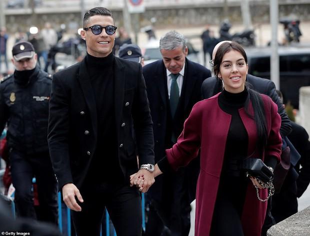 Ra tòa ký nhận án tù treo và nộp phạt 496 tỷ VNĐ, Ronaldo vẫn mặc đẹp như tài tử, tươi cười nắm tay bạn gái - Ảnh 1.